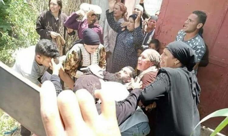 Cristãos socorrem o líder agredido por policiais e extremistas durante a demolição de uma igreja no Egito