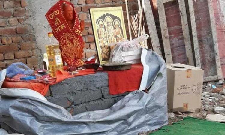 Além de destruir o que estava sendo construído, os radicais hindus ergueram um altar no local para o deus macaco