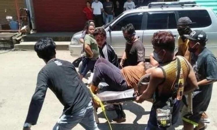 Pessoas são socorridas após explosão de duas bombas em Jolo, nas Filipinas