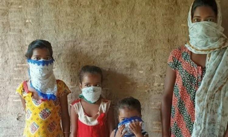 Sujata e os quatro filhos foram beneficiados com a distribuição de alimentos durante a pandemia da COVID-19 na Índia
