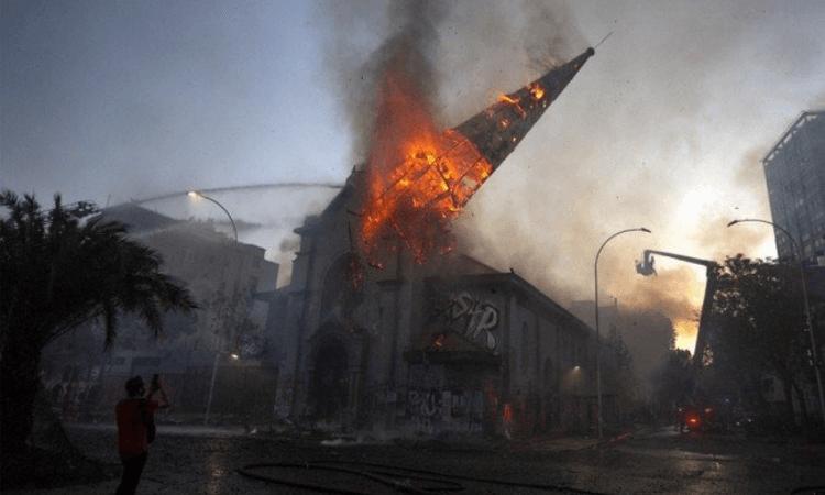 Torre da Igreja Assunção desaba após incêndio e manifestantes comemoram (foto: Pablo Cozzaglio/AFP)
