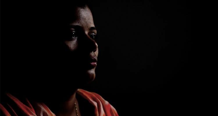 Maya, que é cristã, sabe que a filha é atacada por colegas muçulmanas na escola