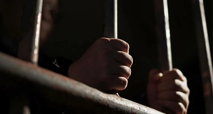 Ehmet ficou um ano preso, mas essa experiência aprofundou o seu relacionamento com Deus (imagem representativa)