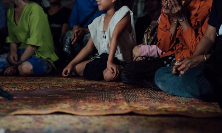 Além das autoridades do Laos, os familiares, amigos e vizinhos dos cristãos os pressionam para abandonar a fé