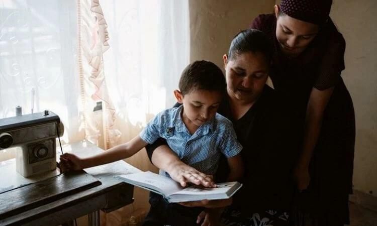 Abraçados e cuidados pela família da fé, Daniela, a mãe e o irmão puderam processar melhor o luto para seguir adiante