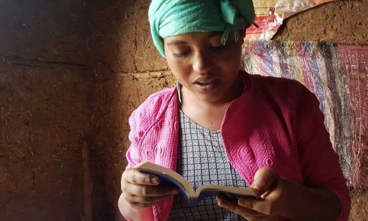 Ter um Bíblia é um privilégio para cristãos perseguidos, como Iris da Etiópia