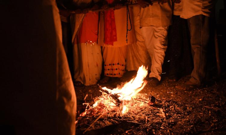 Vídeo mostra o momento em que as famílias se depararam com os campos queimados (foto representativa)