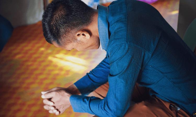 Após amarrar o cristão, o líder da aldeia o pressionou para abandonar a fé em Cristo (foto representativa)