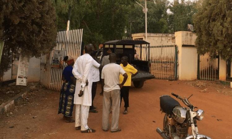 Pais e familiares dos alunos sequestrados buscaram por notícias sobre os filhos na porta da faculdade na Nigéria